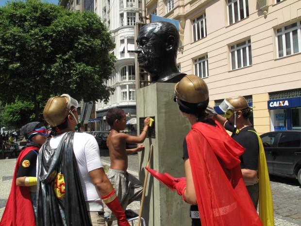 Faxina nas estatuas