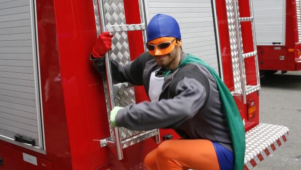 heroi junto com os bombeiros
